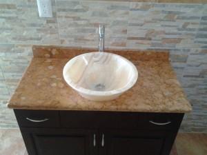 lavabos, cubiertas y ovalines en mármol y onix fantásticos
